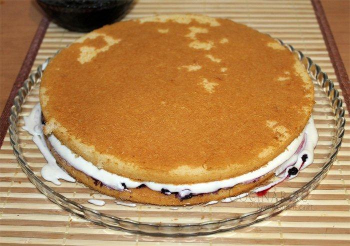 Торт с готовыми коржами и сгущенкой и фруктами