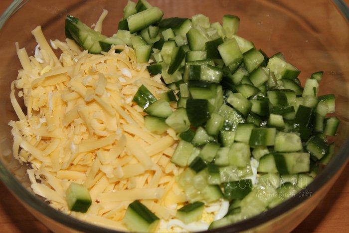 Салат из креветок с огурцом и яйцом